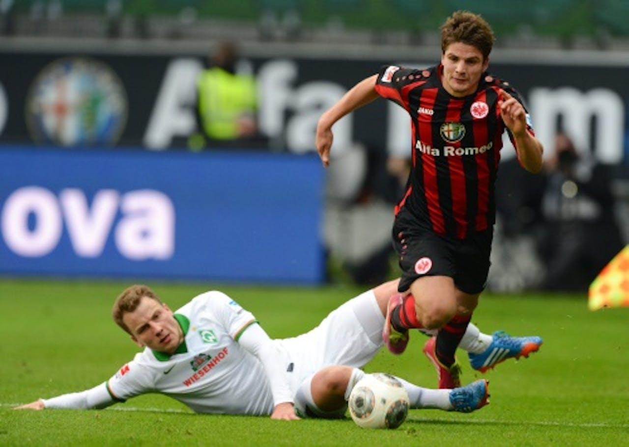 Pirmin Schwegler (R) van Frankfurt in duel met Philipp Bargfrede van Werder Bremen. EPA