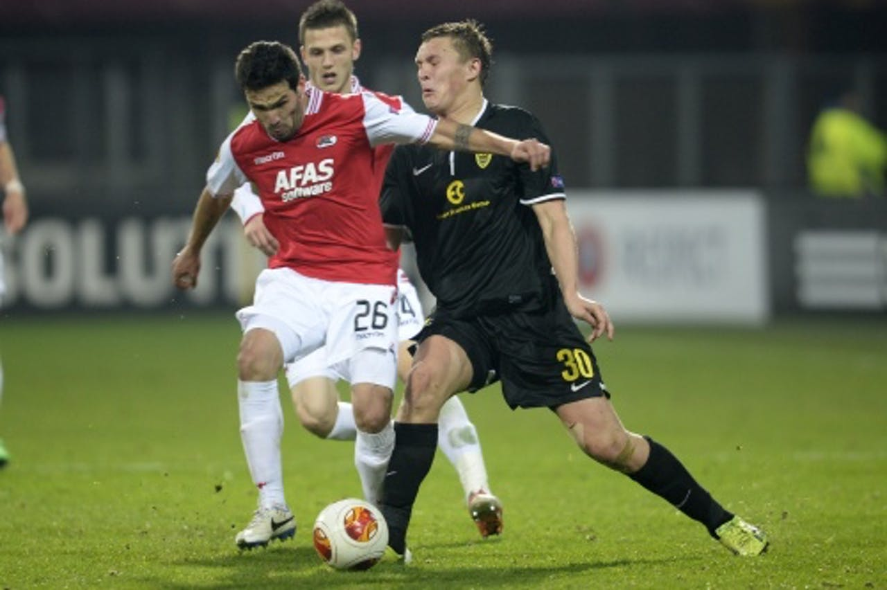 AZ-speler Celso Ortiz (L) in duel met Anzji-speler Aleksandr Bukharov. ANP
