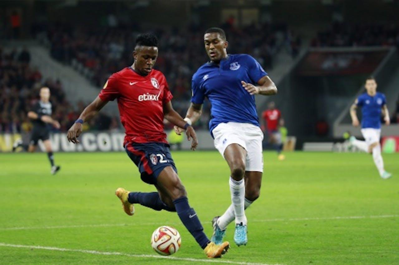 Sylvain Distin (R) van Everton in duel met Divock Origi van Lille. EPA