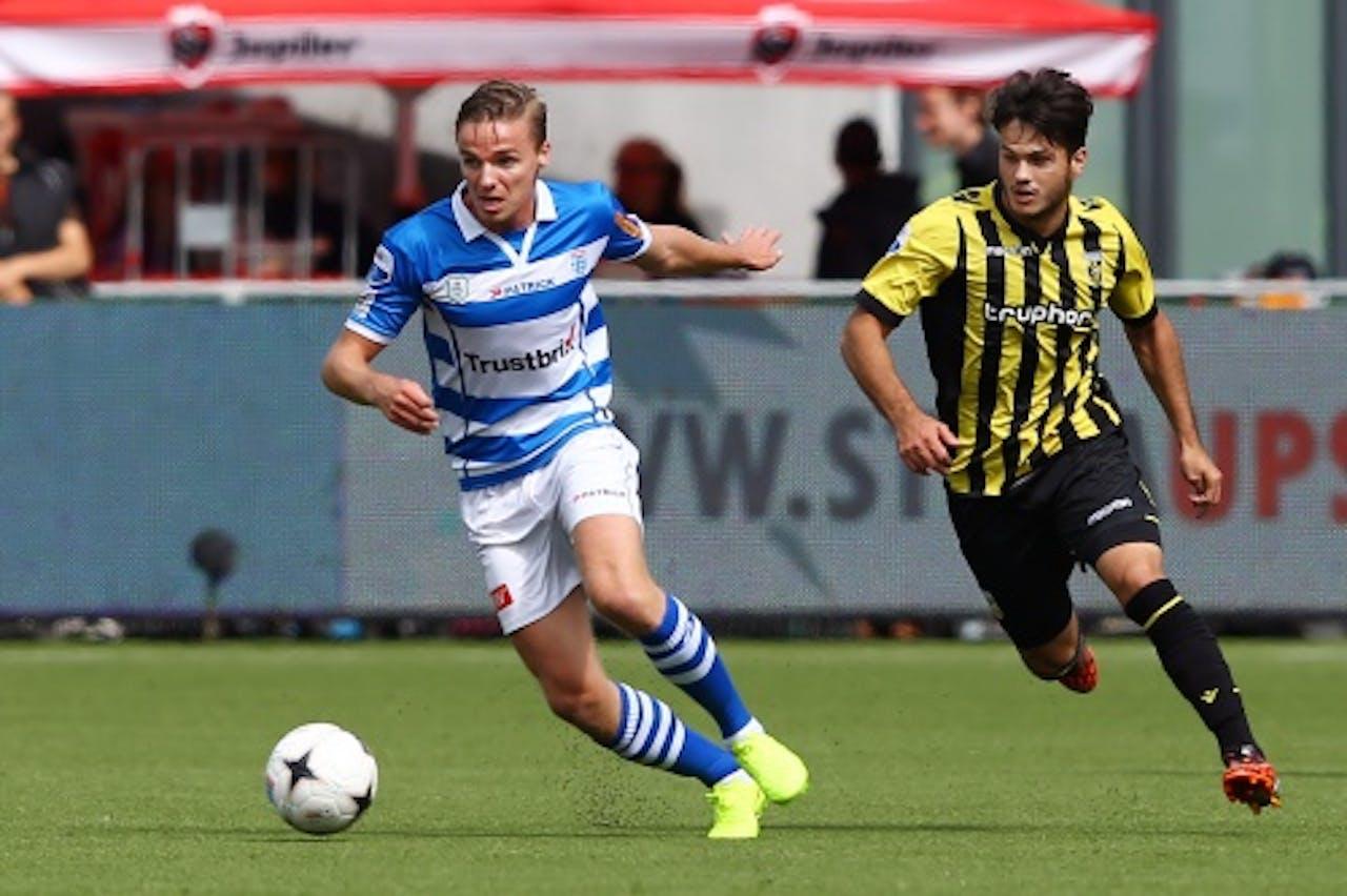 Ben Rienstra (L) van PEC in duel met Vitesse-speler Valeri Qazaishvili (R). ANP PRO SHOTS