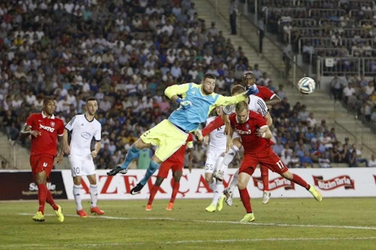 Rasmus Bengtsson (R) van FC Twente in duel met doelman Ibrahim Sehic (L) van FK Qarabag. ANP PRO SHOTS
