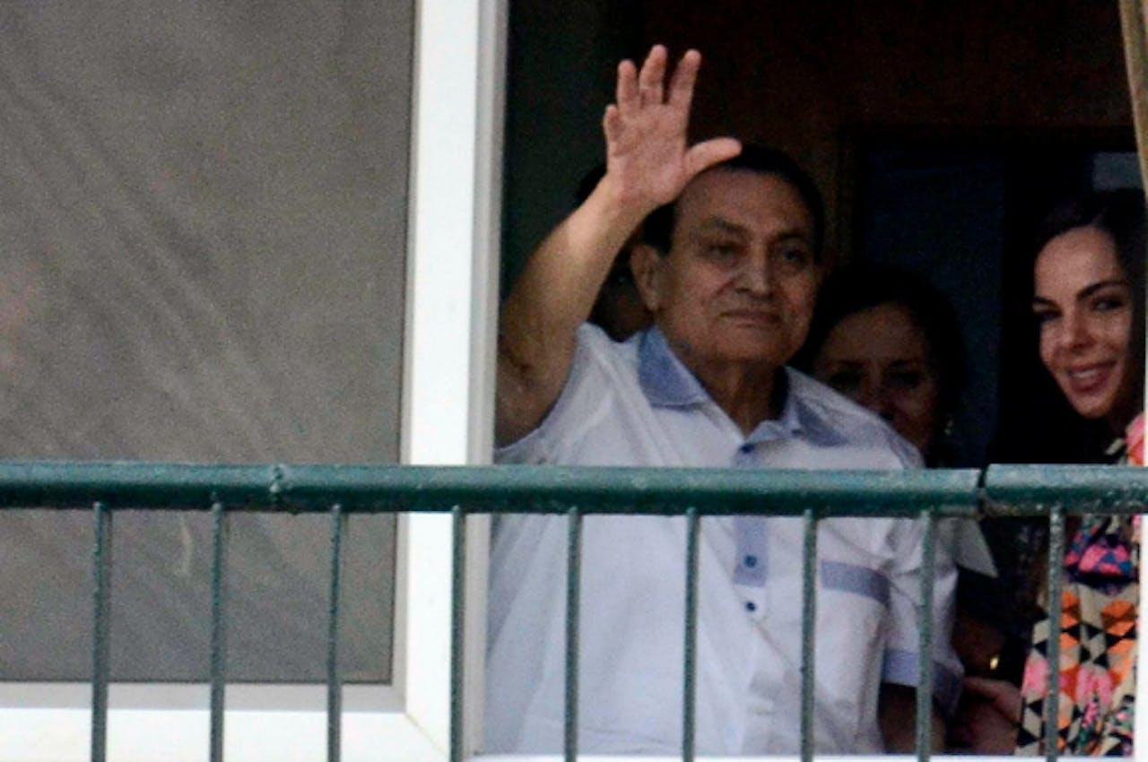 4 mei j.l.: Mubarak zwaait vanuit het militair ziekenhuis in Caïro zijn aanhangers toe op zijn 86-ste verjaardag