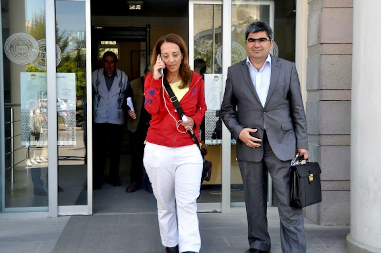 24 april: Ebru Umar en haar advocaat verlaten het politiebureau in Kusadasi. Foto: ANP/AFP