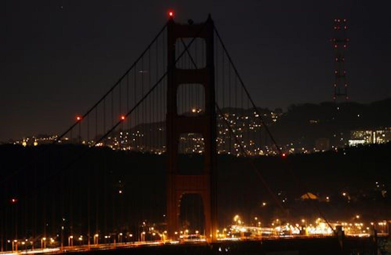De Golden Gatebridge in San Fransisco dooft vanavond de lichten voor Earth Hour. De brug deed in 2010 ook mee met de actie. EPA