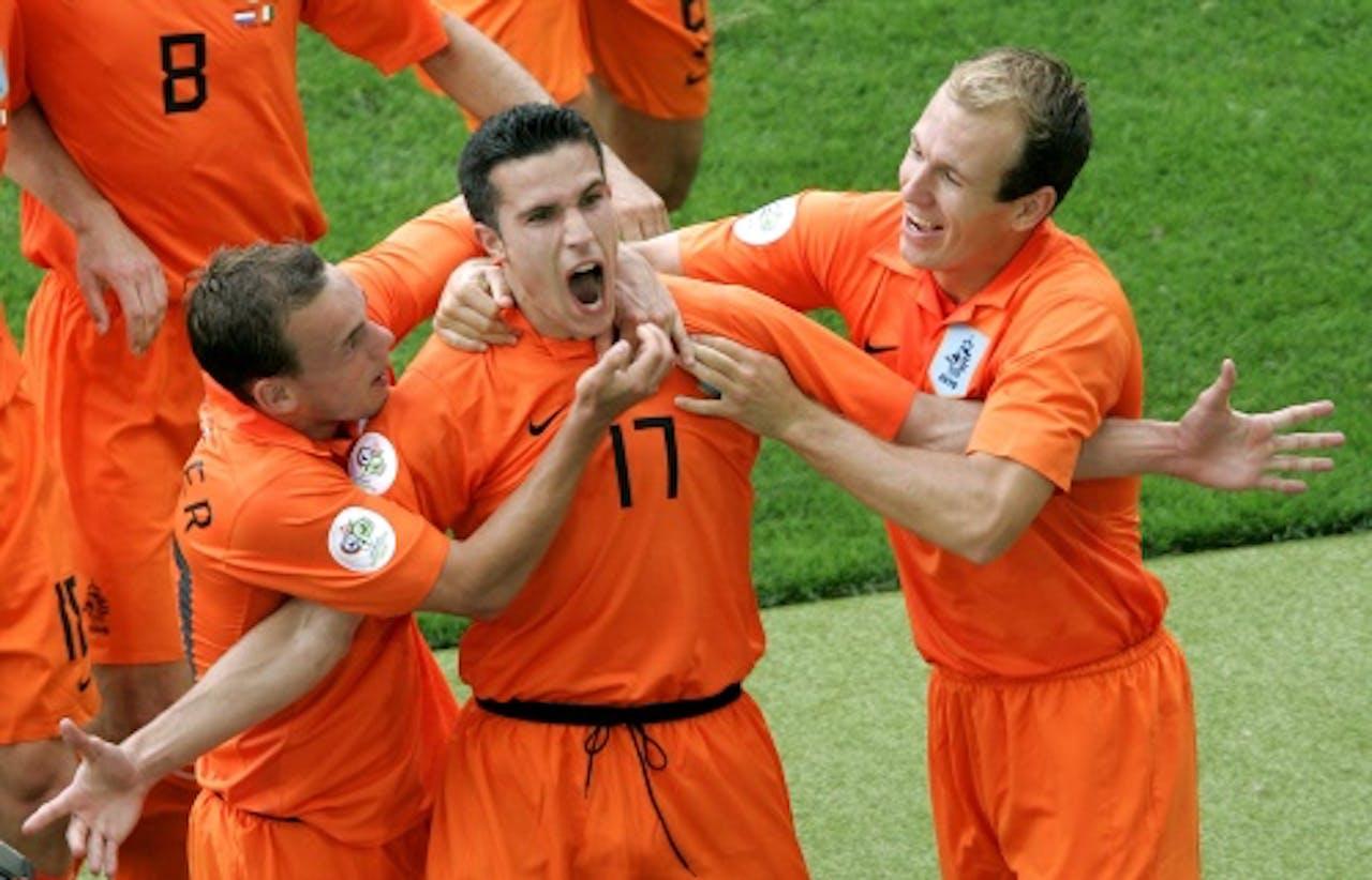 Robin van Persie opent de score tegen Ivoorkust op het WK van 2006. ANP