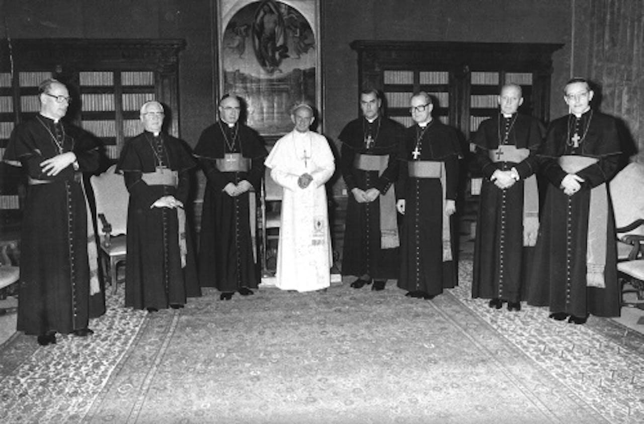 Paus Paulus VI met de zeven toen residerende bisschoppen van Nederland. ANP