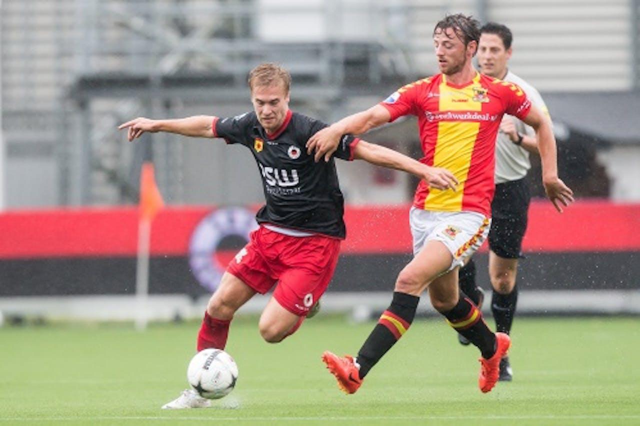 Tom van Weert (L) van Excelsior in duel met Bart Vriends (R) van Go Ahead Eagles. ANP PRO SHOTS