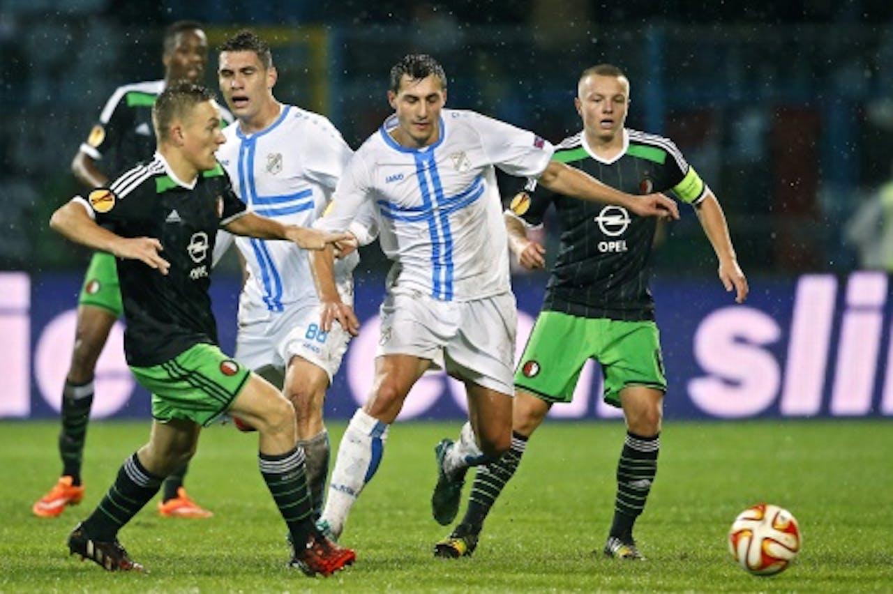 Rijeka-speler Mato Jajalo (M) in duel met Jordy Clasie (R) en Jens Toornstra van Feyenoord. ANP