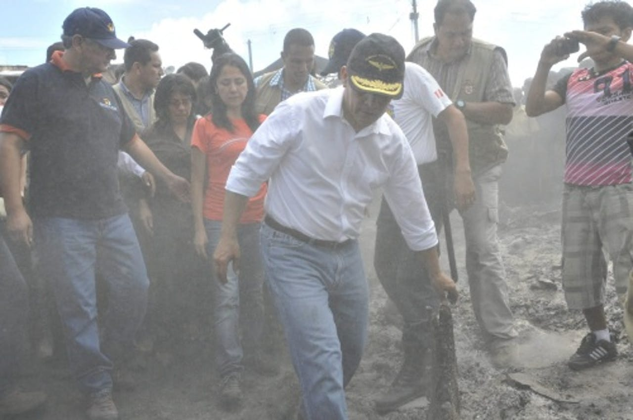René Cornejo (L), als minister van Wonen, samen met president Humala op de voorgrond in 2012. EPA