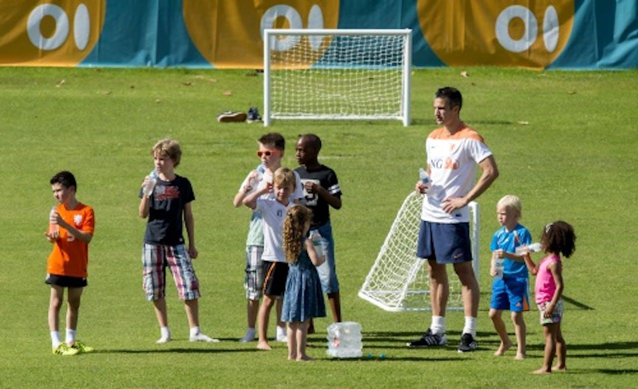 Van Persie met kinderen van spelers op training. ANP