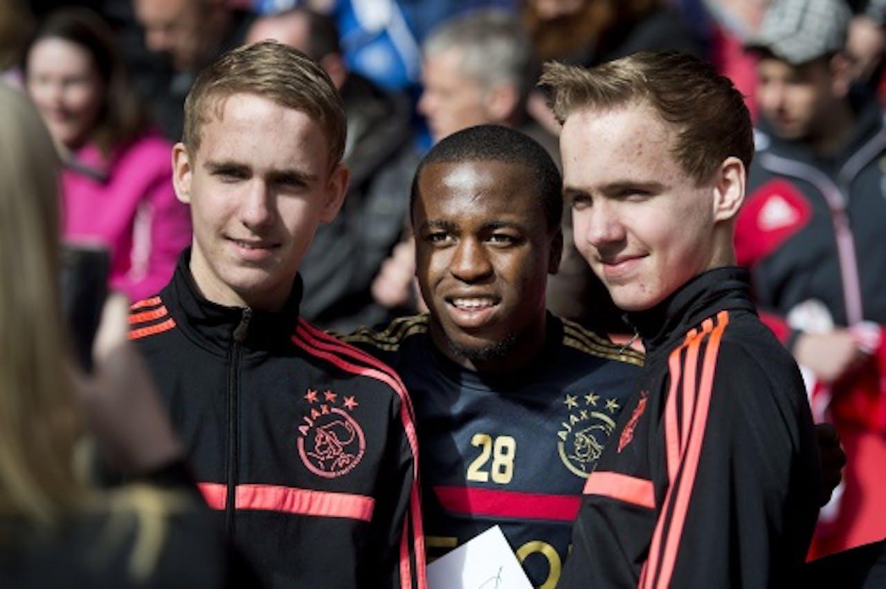 Lesly de Sa met twee jonge fans. ANP
