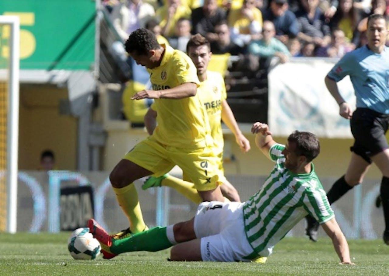 Giovani (L) Villareal in duel met Antonio Amaya (R) van Real Betis. EPA