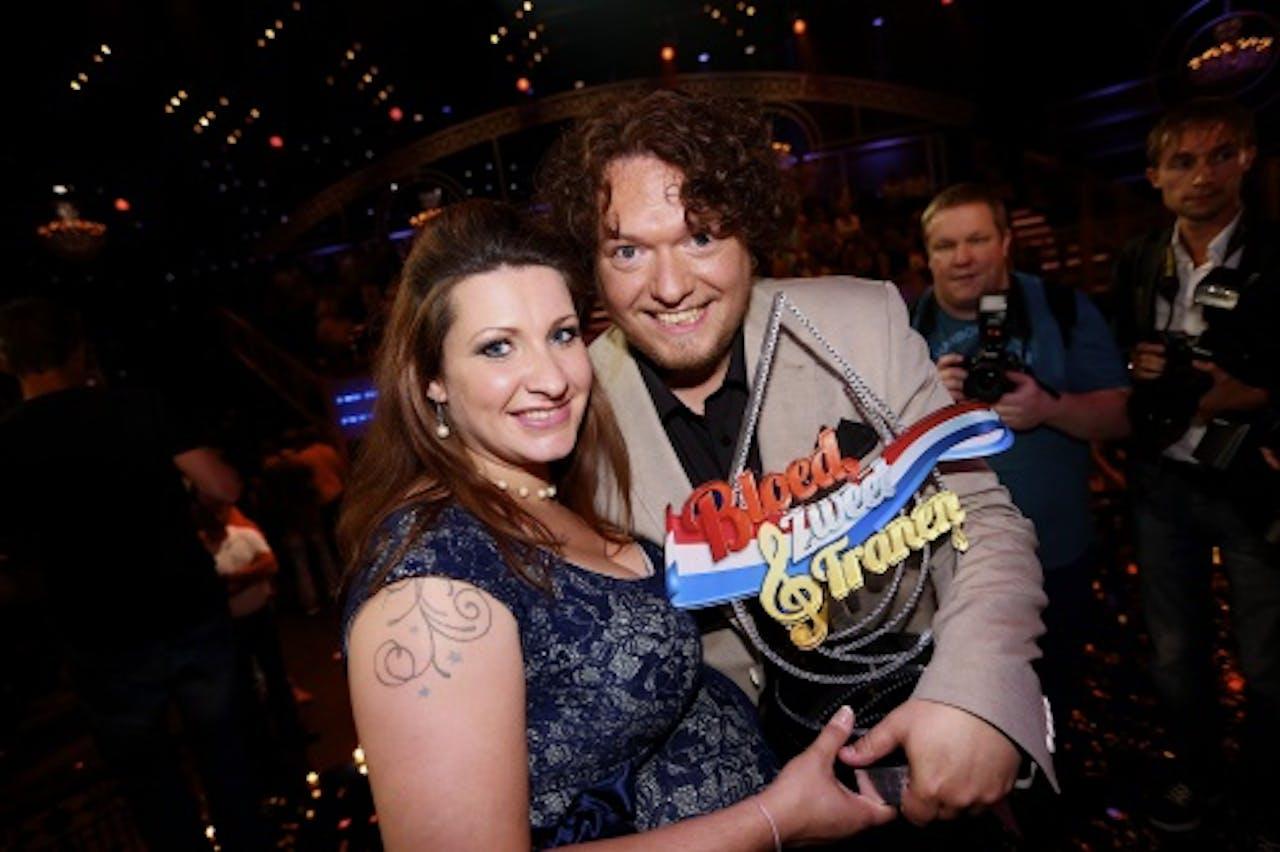 Jason Bouman, met trofee en vriendin, is gekozen tot beste volkszanger in de zangshow Bloed, Zweet en Tranen, ANP Kippa