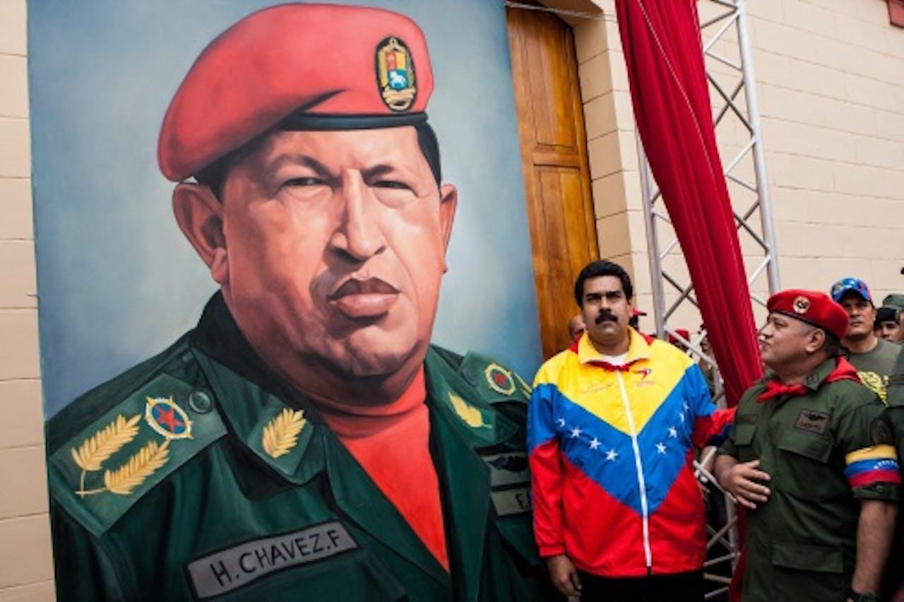 Nicolas Maduro (m) bij een beeld van Chávez. EPA