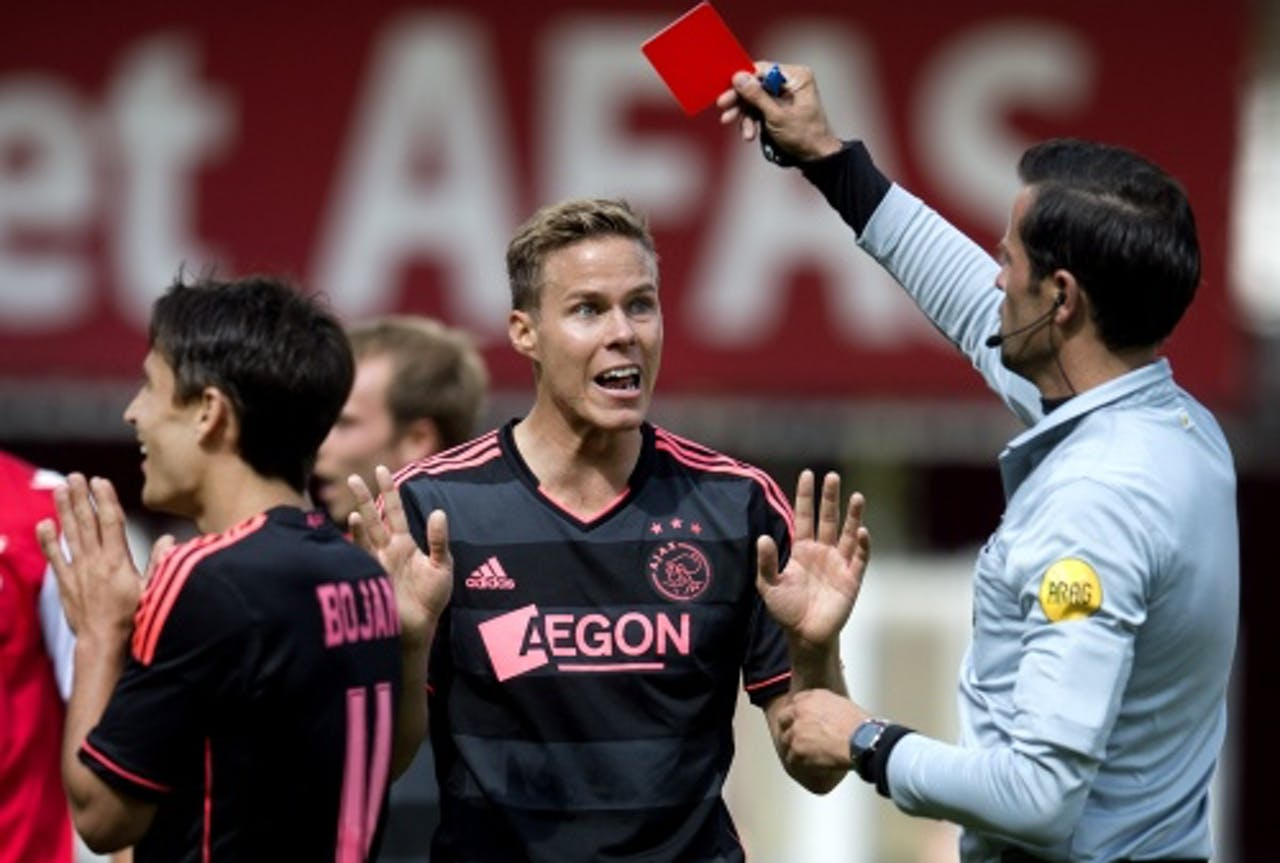 Bas Nijhuis geeft Ajax-speler Moisander een rode kaart. ANP