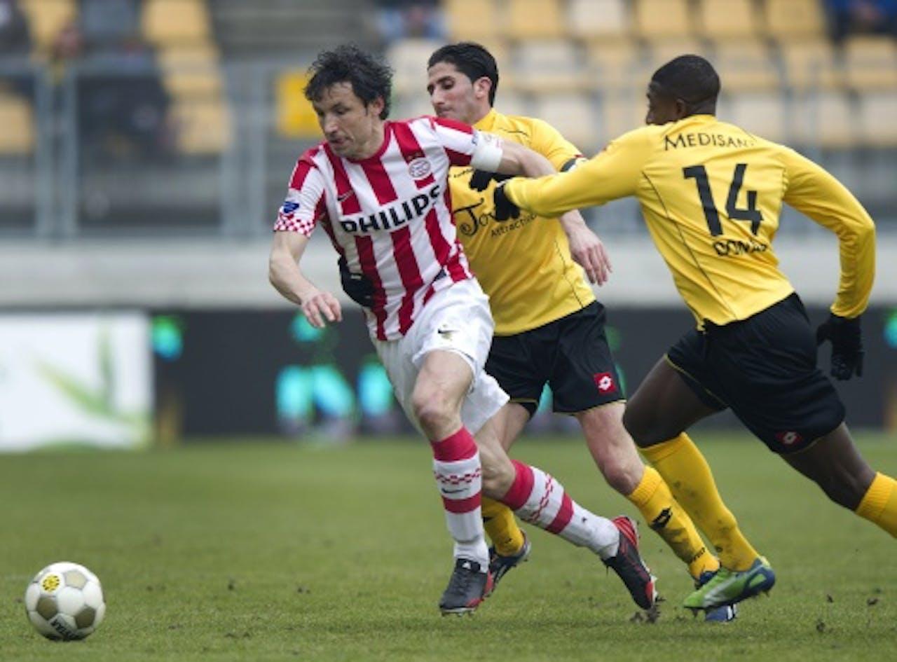 Mark van Bommel (L) van PSV in duel met Roda JC-speler Mitchell Donald (R), ANP