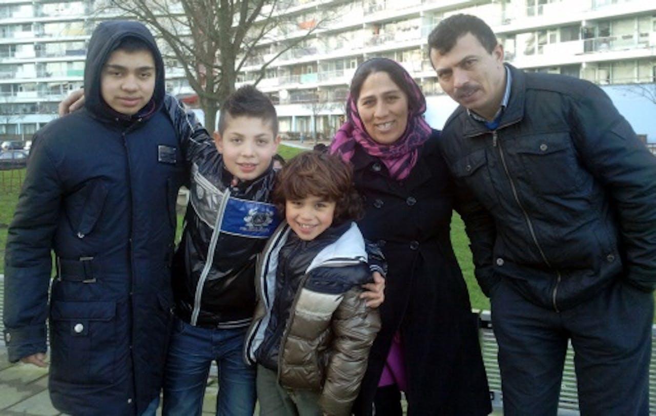 Het Turkse jongetje Yunus (midden) met zijn biologische ouders en broers op een foto gemaakt in januari 2013. ANP