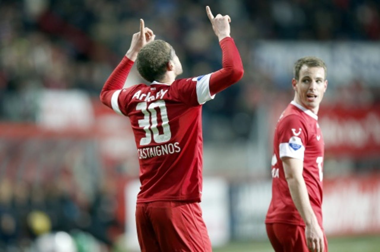 Luc Castaignos (L) van FC Twente viert zijn doelpunt tegen Roda JC op 6 april. Rechts ploeggenoot Wout Brama.