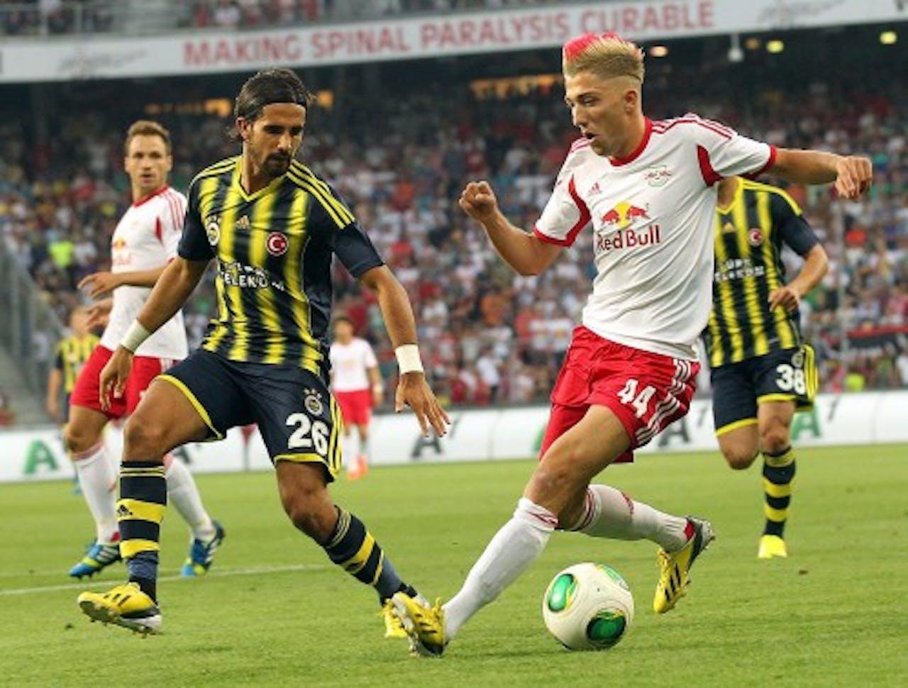 Alper Patuk (L) van Fenerbahçe in duel met Kevin Kampl van Red Bull Salzburg. EPA