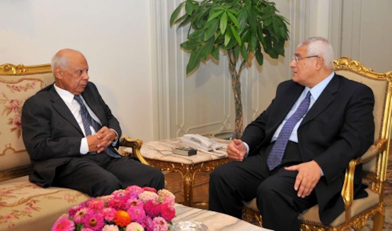 Adli Mansour (R) en Hazem Beblawi. EPA
