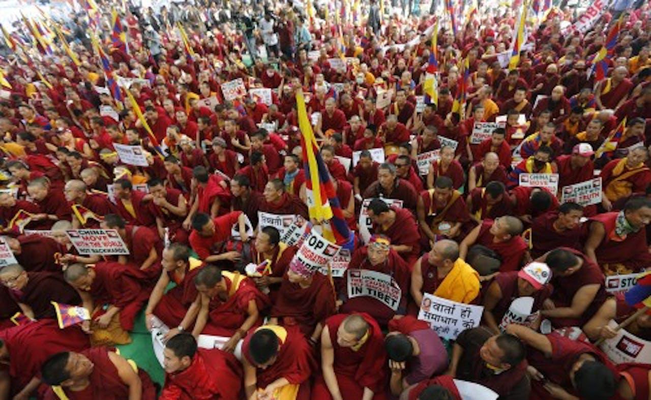 Monniken tijdens een demonstratie waarin ze hun solidariteit betuigen aan de mensen in Tibet. EPA