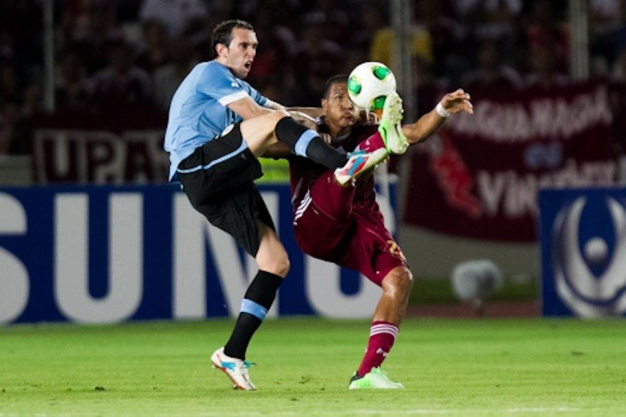 Uruguayaan Diego Perez (L) in duel met Jose Rondon. EPA
