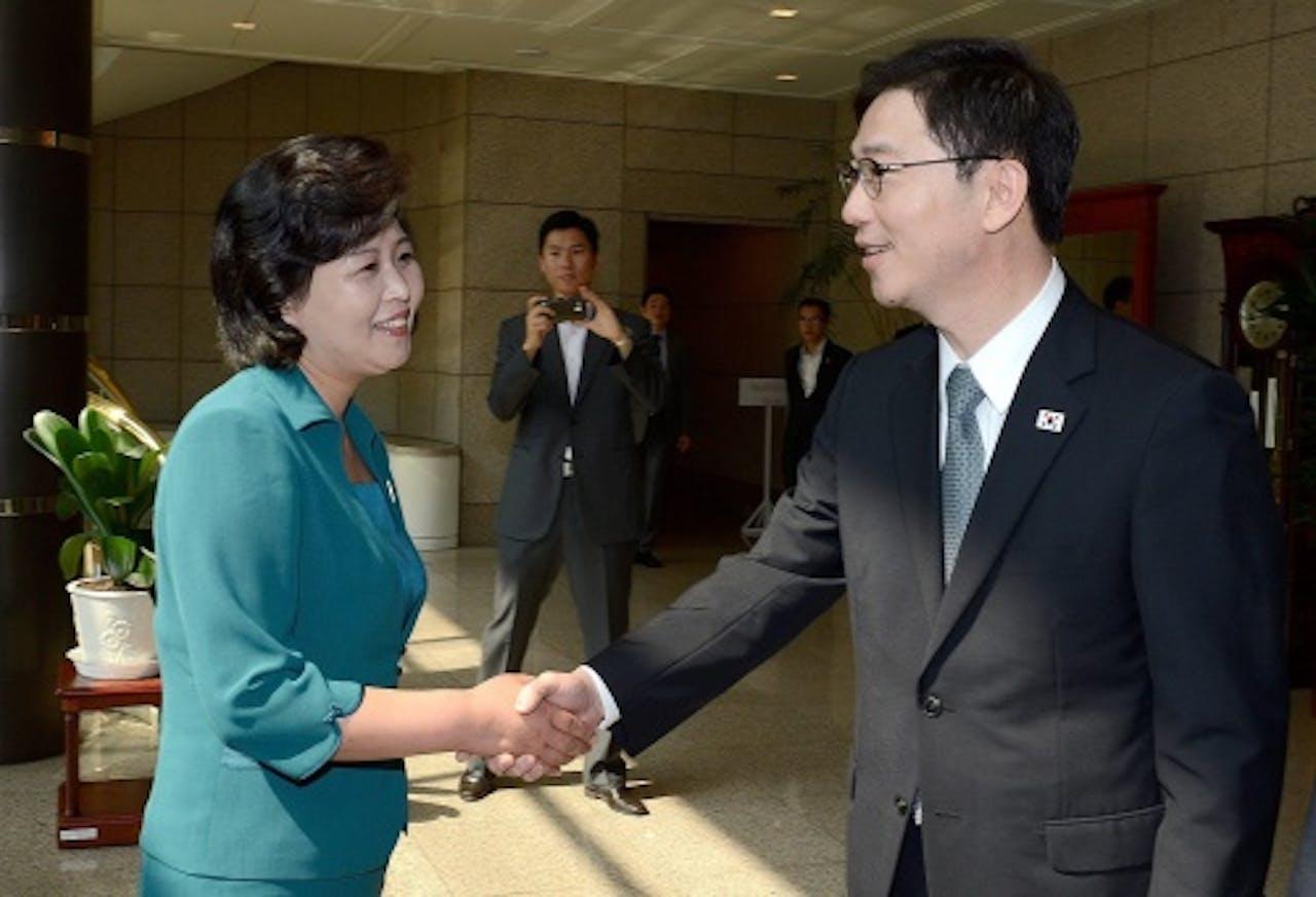 De Zuid-Koreaanse afgevaardigde Chun Hae-Seong (R) schudt de hand van zijn Noord-Koreaanse counterpart Kim Seong-Hye (L), voorafgaand aan de bespreking. EPA