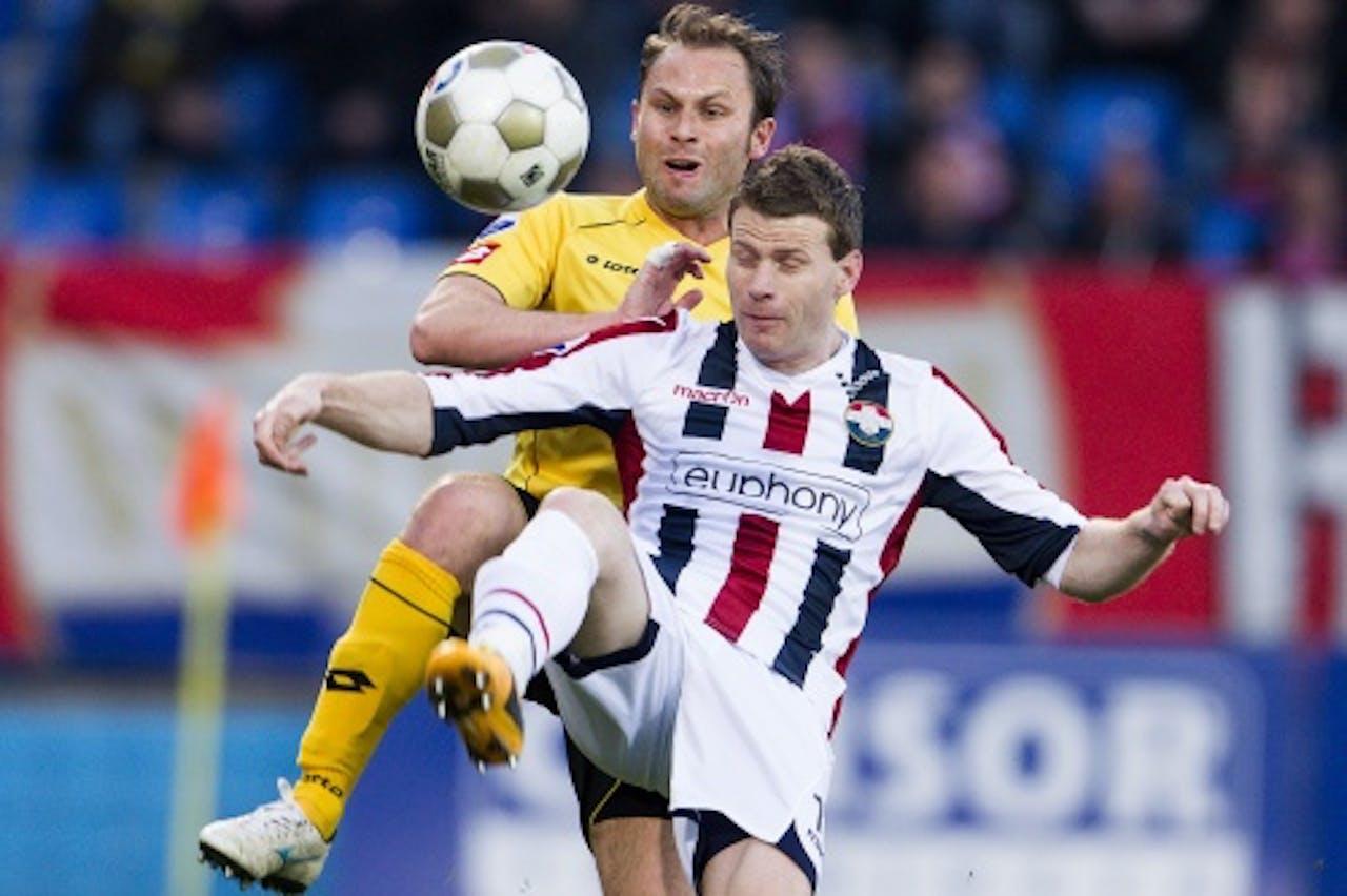 Roda-speler Martijn Monteyne (L) in actie met Willem II-speler Marc Hocher, ANP
