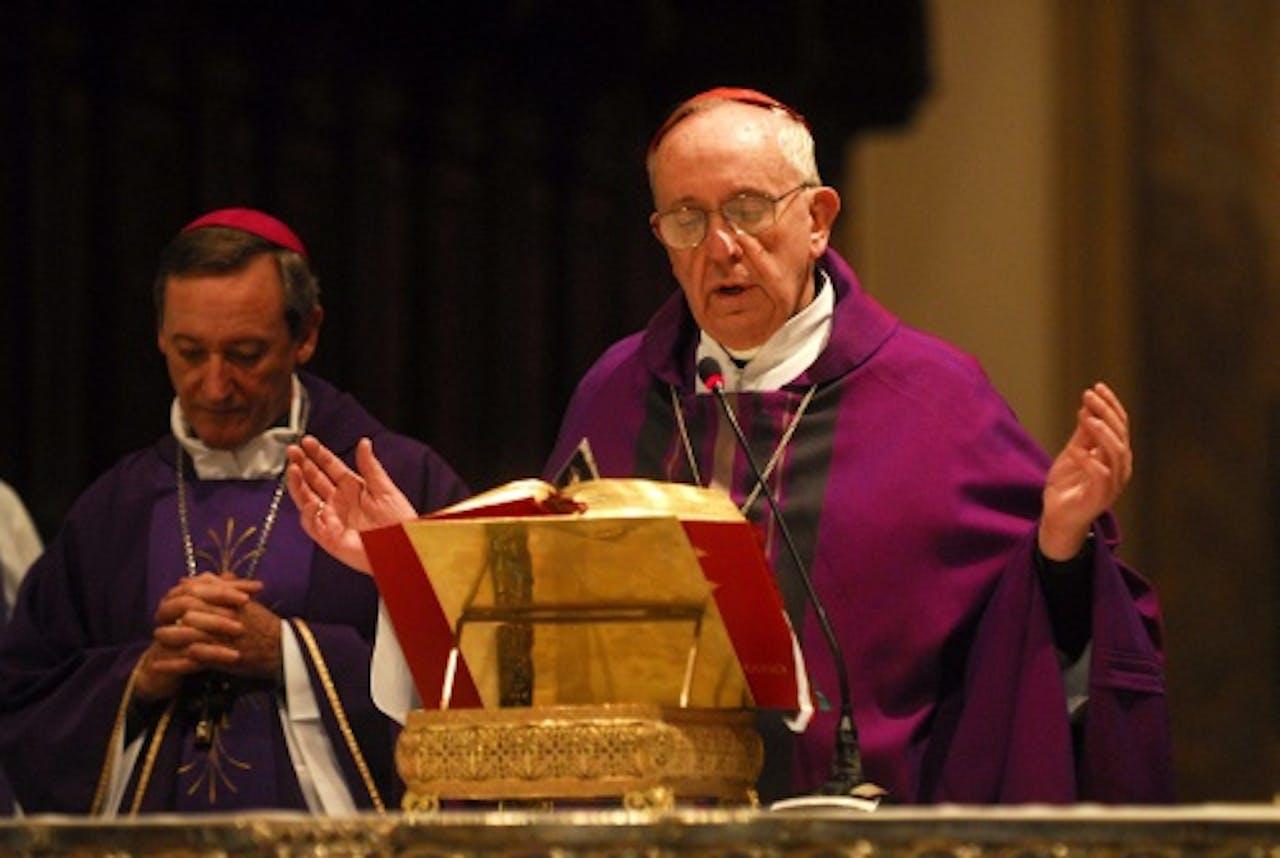 Archiefbeeld van de Argentijnse kardinaal Jorge Mario Bergoglio (R). EPA