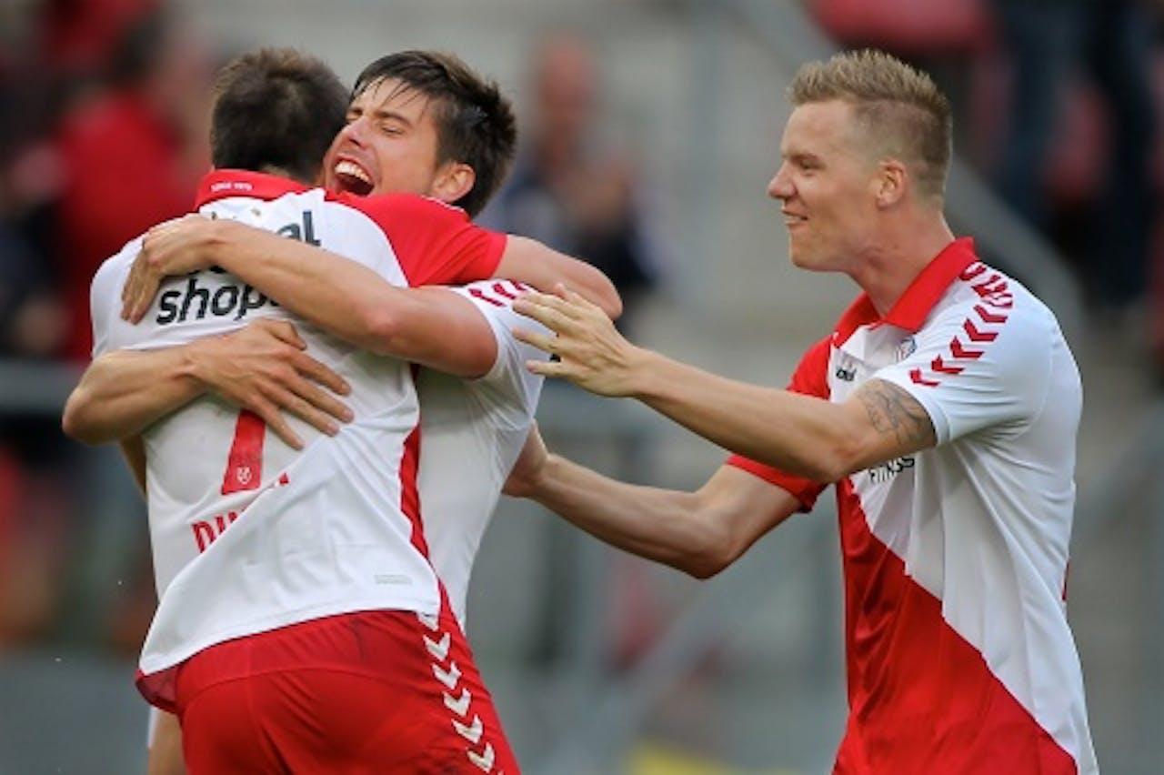 Jan Wuytens (M) en Marcus Nilsson (R) omhelzen doelpuntenmaker Edouard Duplan (L) van FC Utrecht na de 1-0. ANP