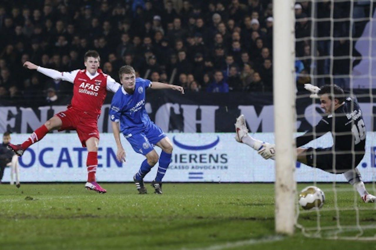 Johann Berg Gudmundsson (L) van AZ scoort de 0-2 terwijl Jeffrey Buitenhuis (M) van FC Den Bosch kansloos toekijkt. ANP PRO SHOTS