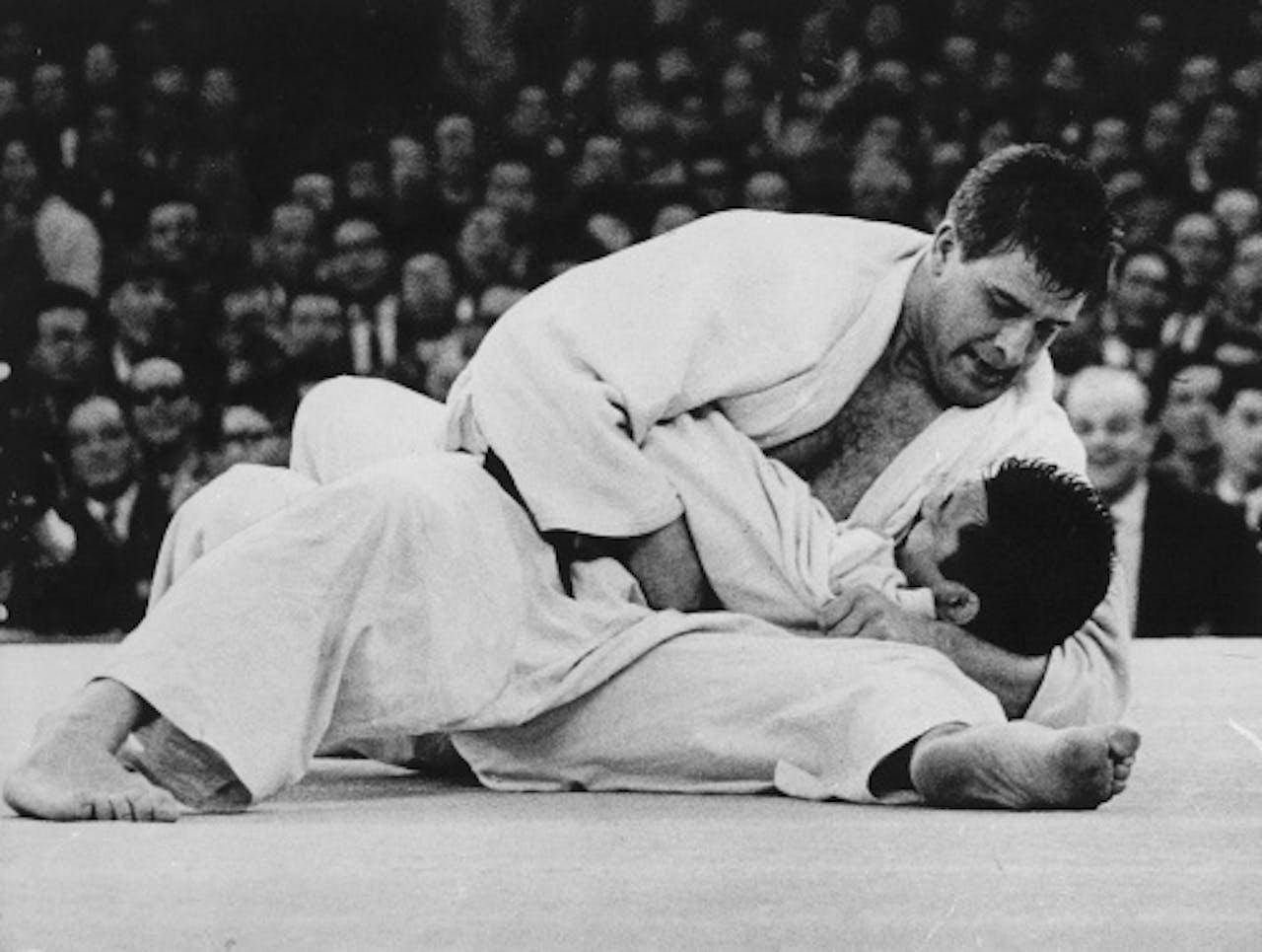 Anton Geesink houdt de Japanner Kaminaga in de houdgreep en verovert Olympisch goud in Tokio in 1964 (ANP)