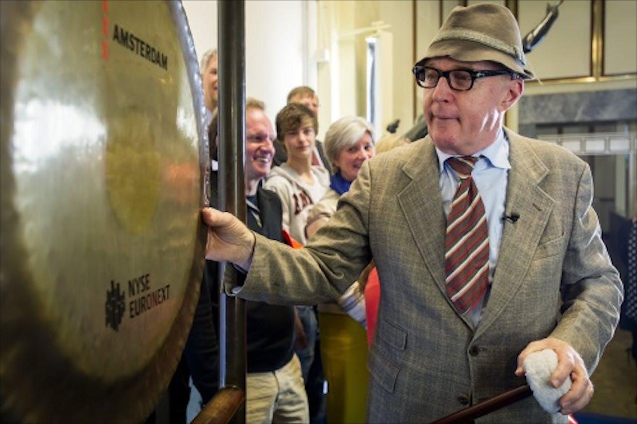 Andre van Duin, alias meneer Wijdbeens, luidt de gong op de beurs voor de start van de campagne Draag Je Steentje Bij van Stichting Kinderen Kankervrij. ANP