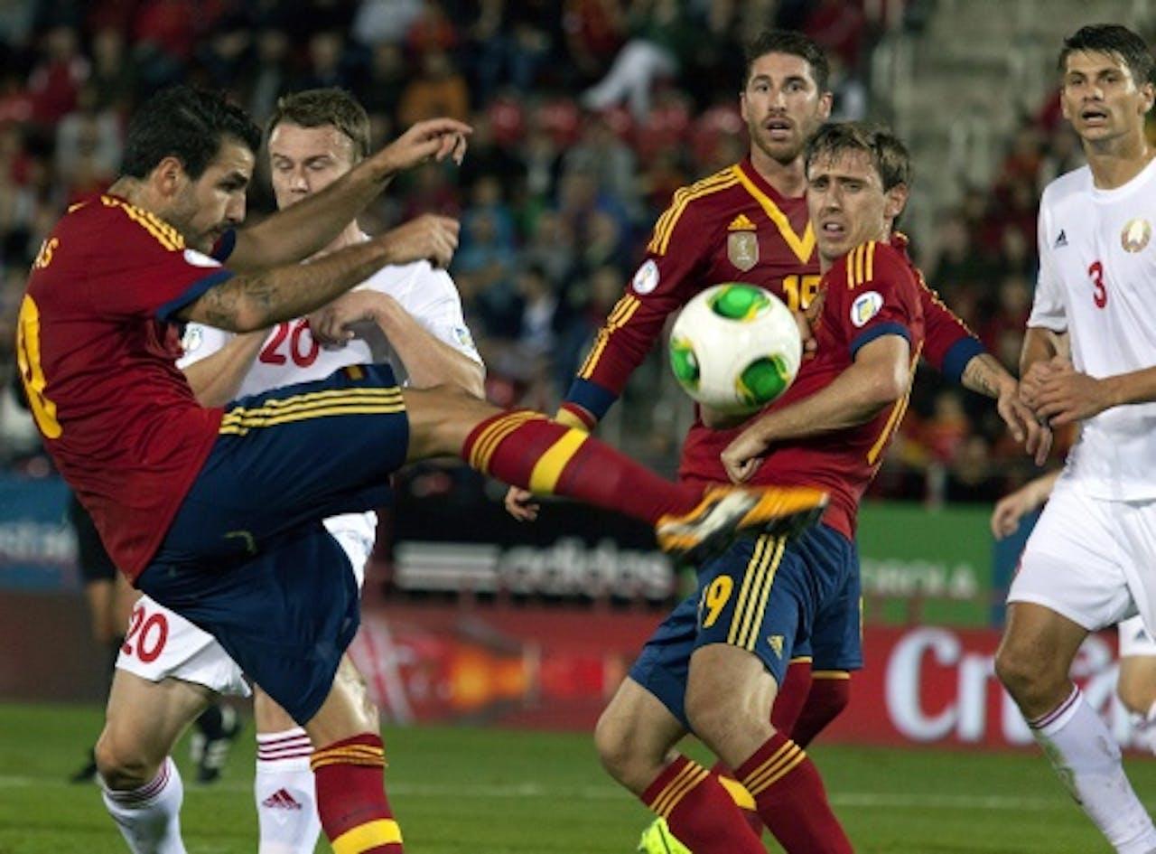 Cesc Fàbregas (L) van Spanje probeert de bal te controleren. EPA