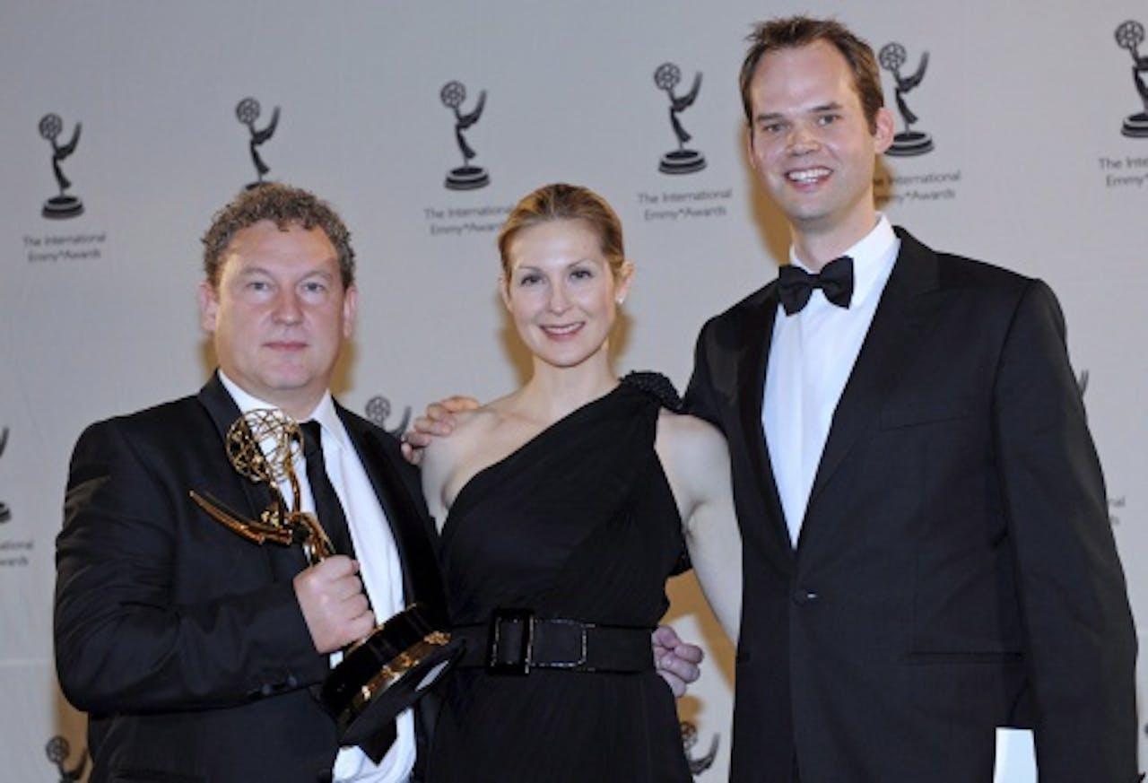 Kelly Rutherland (C) met scriptschrijver Ashley Pharoah (L) en producent Cameron Roach (R) van de serie Life on Mars tijdens de Emmy Awards in 2008. EPA