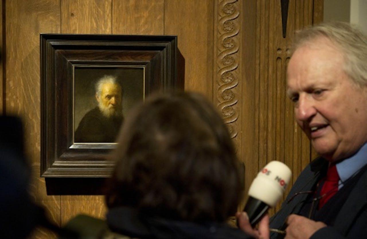 Rembrandt-kenner Ernst van de Wetering bij een eerdere ontdekking. ANP