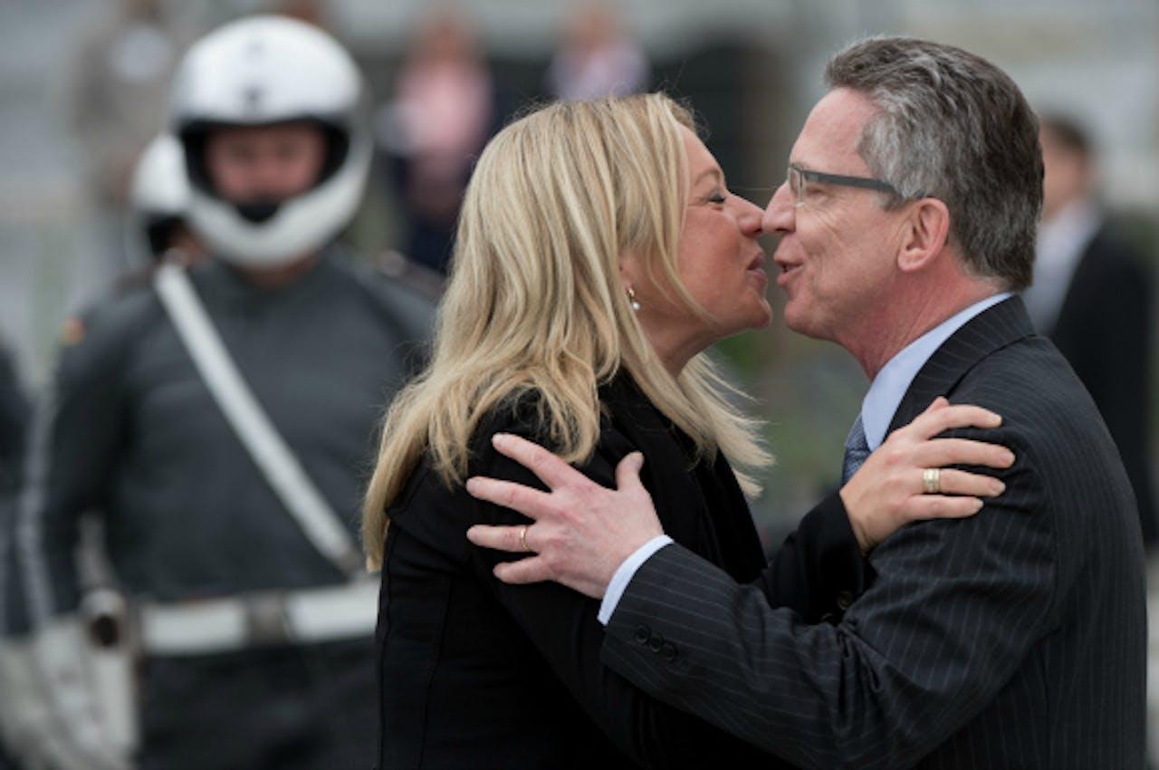Minister Hennis-Plasschaert begroet in Berlijn haar Duitse collega Thomas de Maiziere