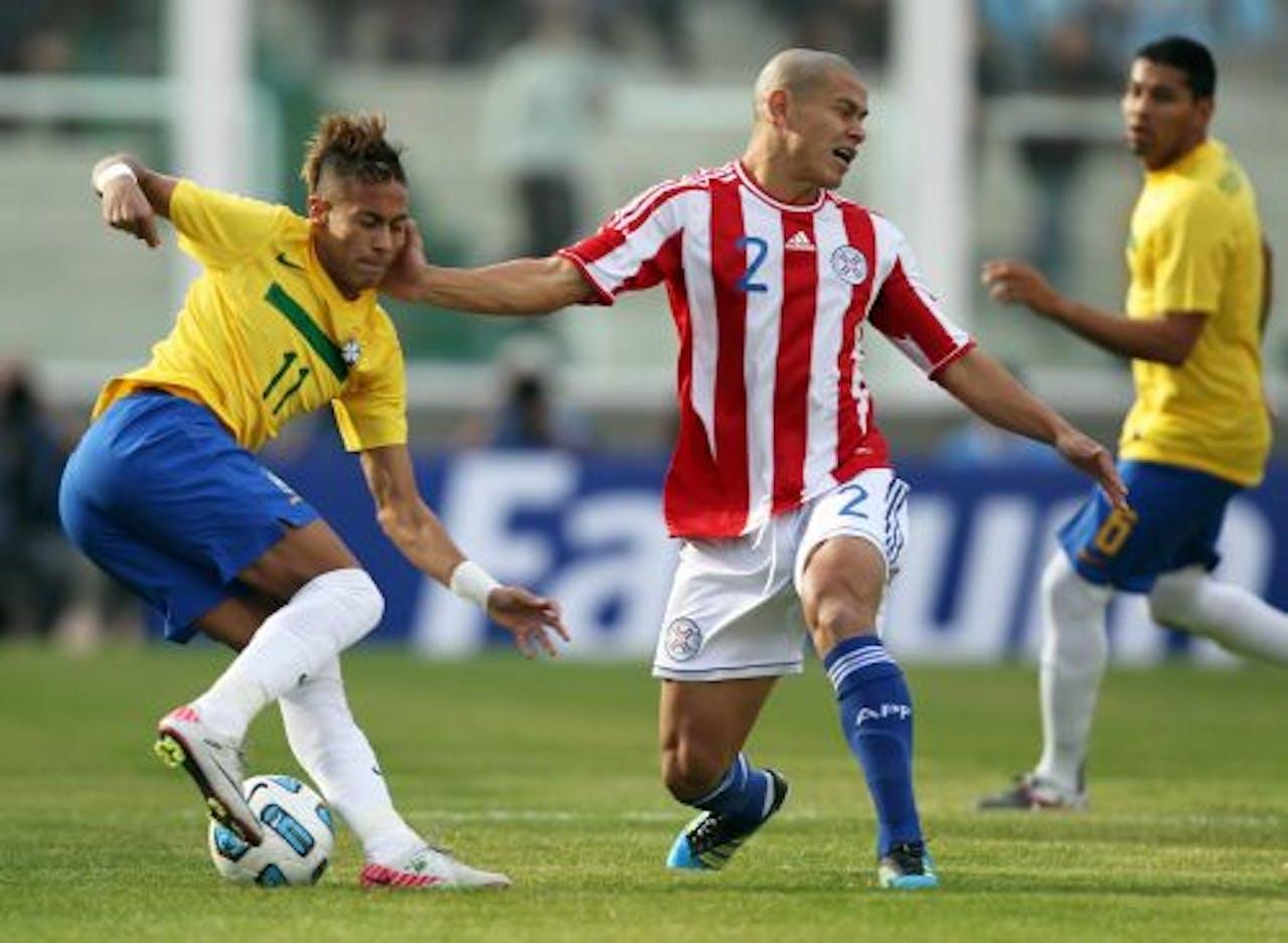 Neymar van Brazilië in duel met Paraguay-speler Dario Veron. EPA
