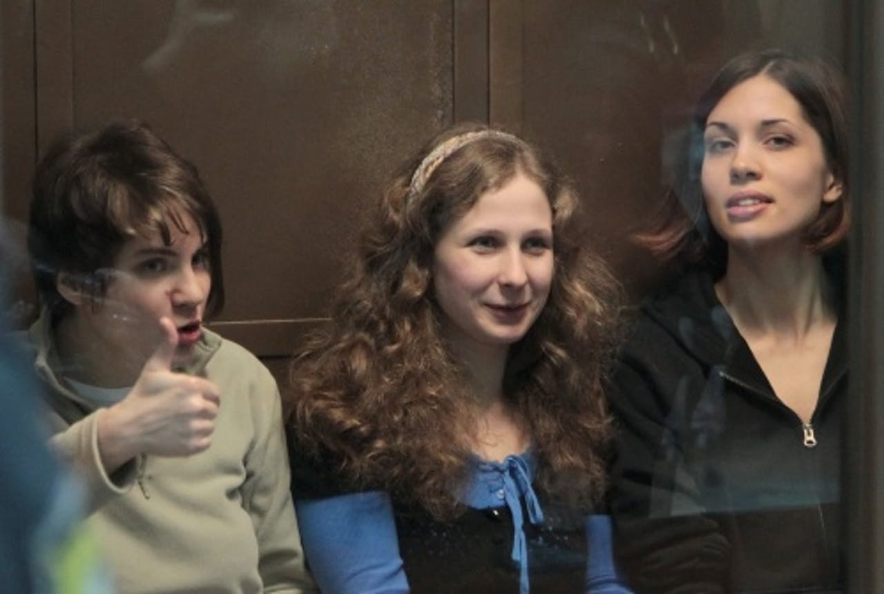 Yekaterina Samutsevich (L), Maria Alyokhina (M) en Nadezhda Tolokonnikova (R) van Pussy Riot. EPA