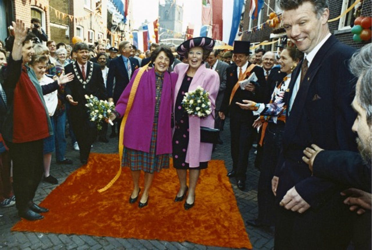 Koningin Beatrix met haar zuster prinses Margriet tijdens Koninginnedag in Rotterdam in 1992.