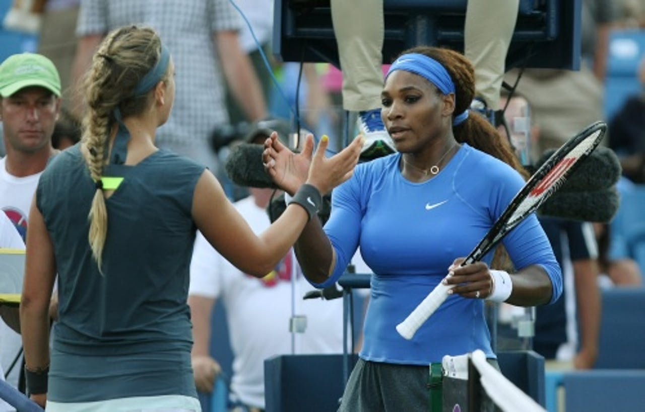 Victoria Azarenka (links) en Serena Williams na de finale van de ATP Masters in Ohio op 18 augustus. Die werd gewonnen door Azarenka. (EPA)