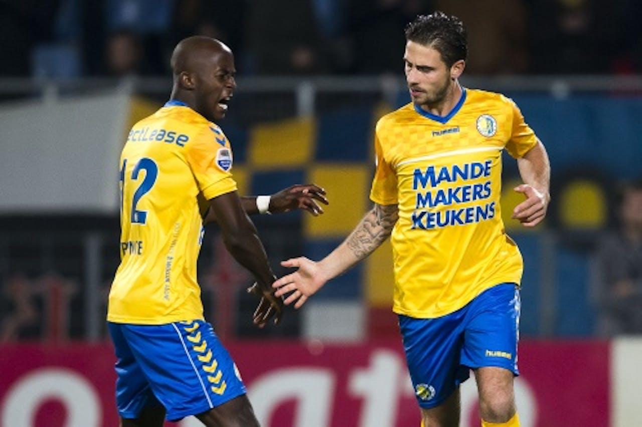 RKC Waalwijk-speler Kenny van Hoevelen (R) wordt gefeliciteerd door zijn teamgenoot Prince-Desir Gouano in de wedstrijd tegen NAC. ANP PRO SHOTS
