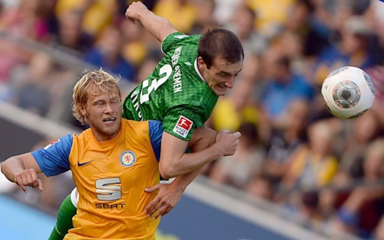 Steffen Bohl (L) van Braunschweig in duel met Luca Caldirola (R) van Werder Bremen. EPA