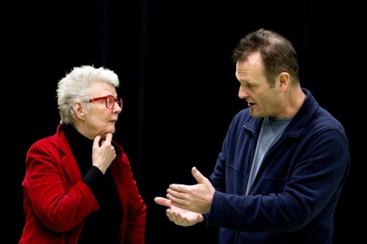 Schrijfster Carry Slee overlegt met Dave Schram tijdens de audities voor de nieuwe Carry Slee-verfilming Spijt!. ANP Kippa