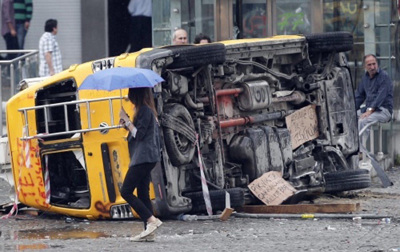Beschadigd media busje. EPA