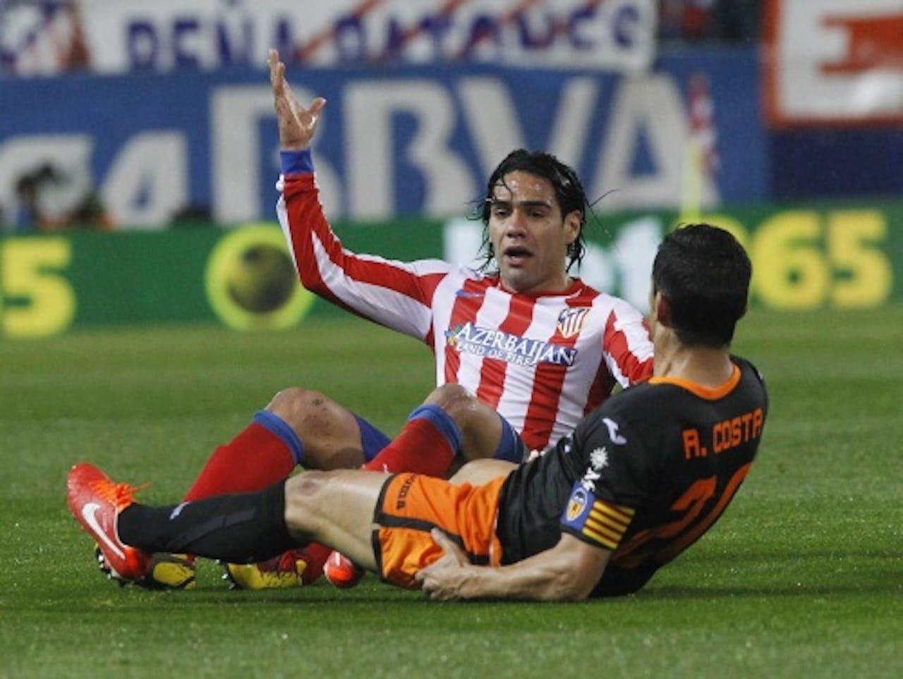 Radamel Falcao (L) van Atletico Madrid en Ricardo Costa (R) van Valencia. EPA