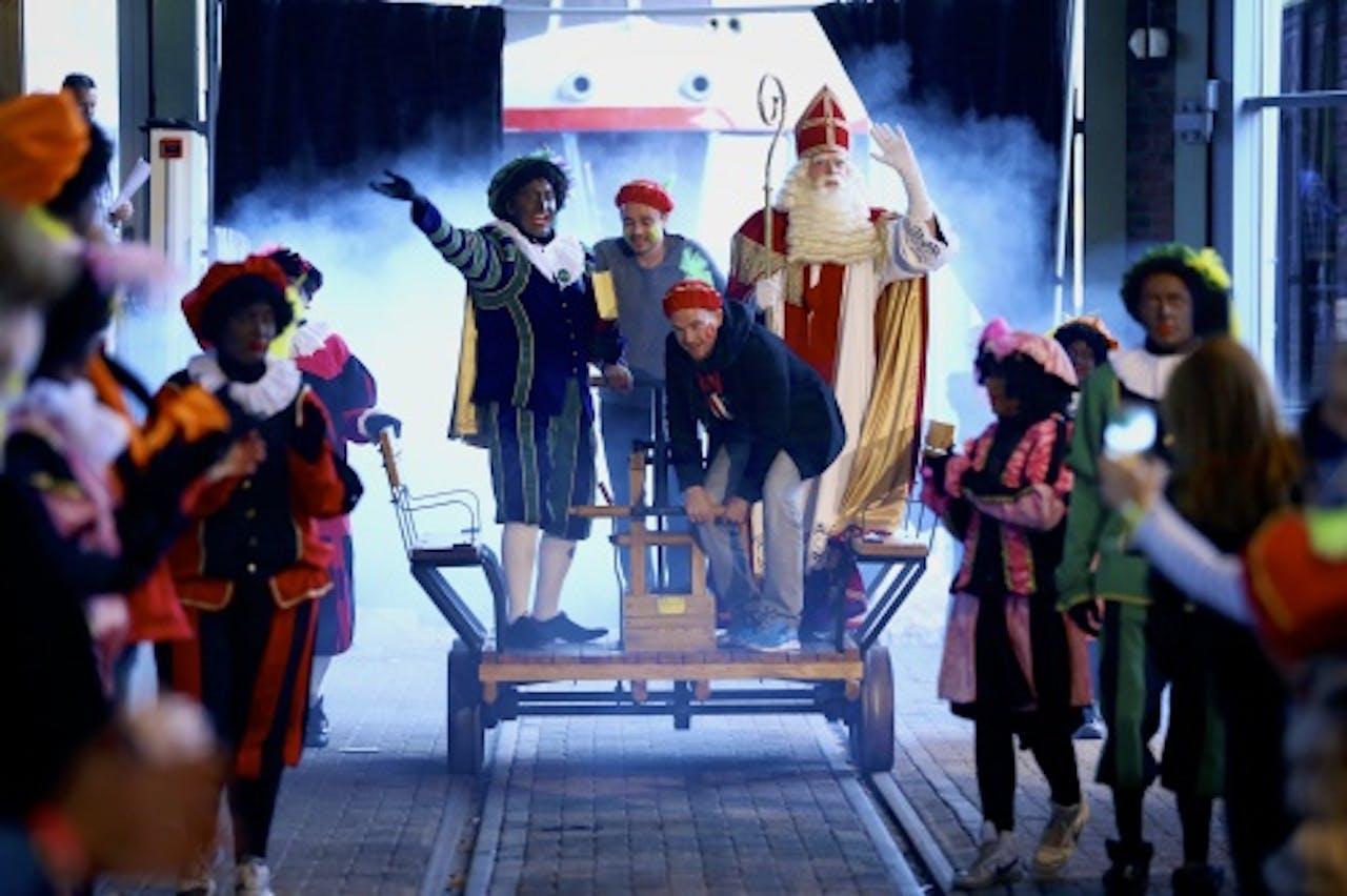 Dinand en Johnny begeleiden Sinterklaas. ANP KIPPA