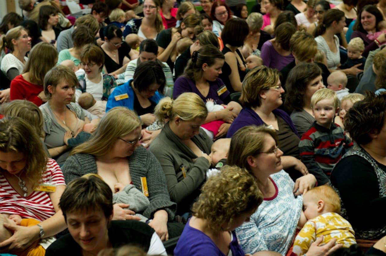 Oktober 2010: 158 moeders doen een recordpoging simultaan borstvoeden in Amersfoort