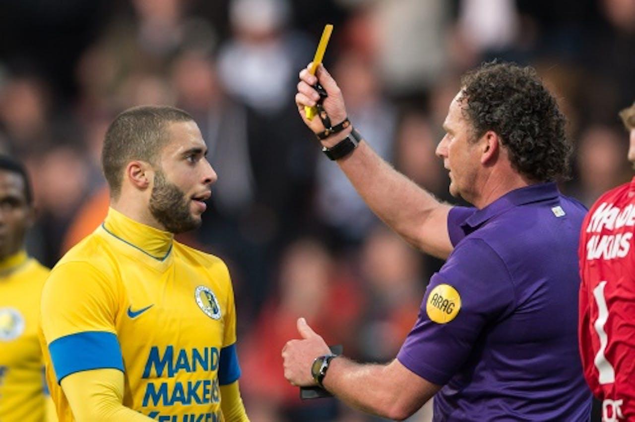 RKC-speler Guy Ramos krijgt de gele kaart van scheidsrechter Reinold Wiedemeijer in de wedstrijd tegen Heracles, ANP
