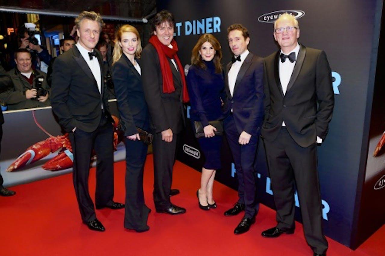 Castleden (VLNR) Daan Schuurmans, Thekla Reuten, Kim van Kooren en Jacob Derwig samen met regisseur Menno Meyjes (3e L) en auteur Herman Koch (R) op de rode loper voorafgaand aan de première van de Nederlandse thriller Het Diner. ANP Kippa